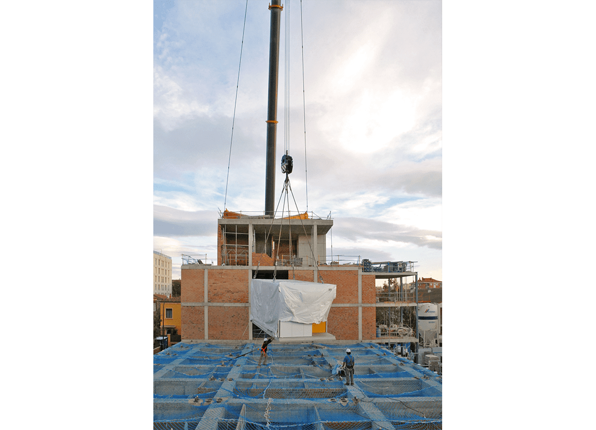 View 01 of the installation of a prefabricated module (bedroom) for the modular system. Residence for Seniors and Extension of CAP Marià Fortuny (Reus)