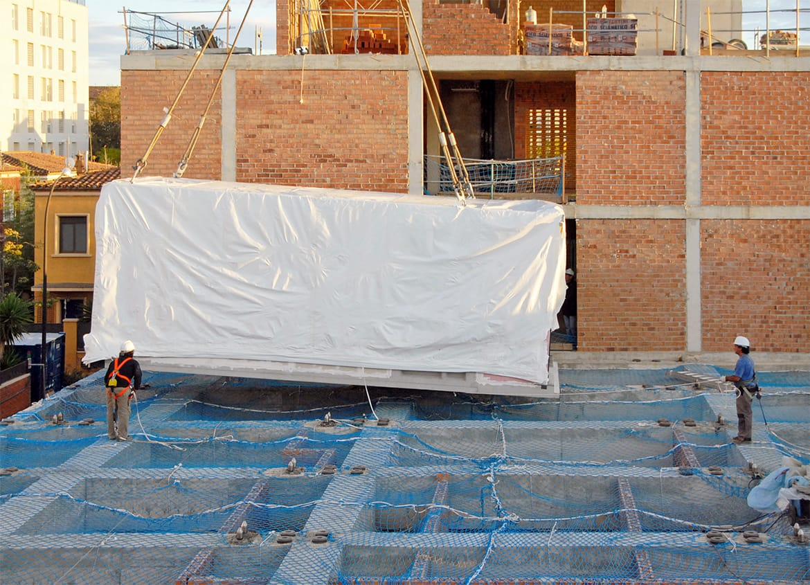View 02 of the installation of a prefabricated module (bedroom) for the modular system. Residence for Seniors and Extension of CAP Marià Fortuny (Reus)