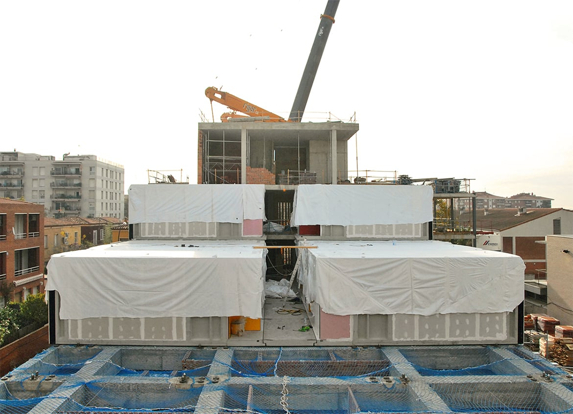 View of the construction process with the modular system (bedrooms). Residence for Seniors and Extension of CAP Marià Fortuny (Reus)
